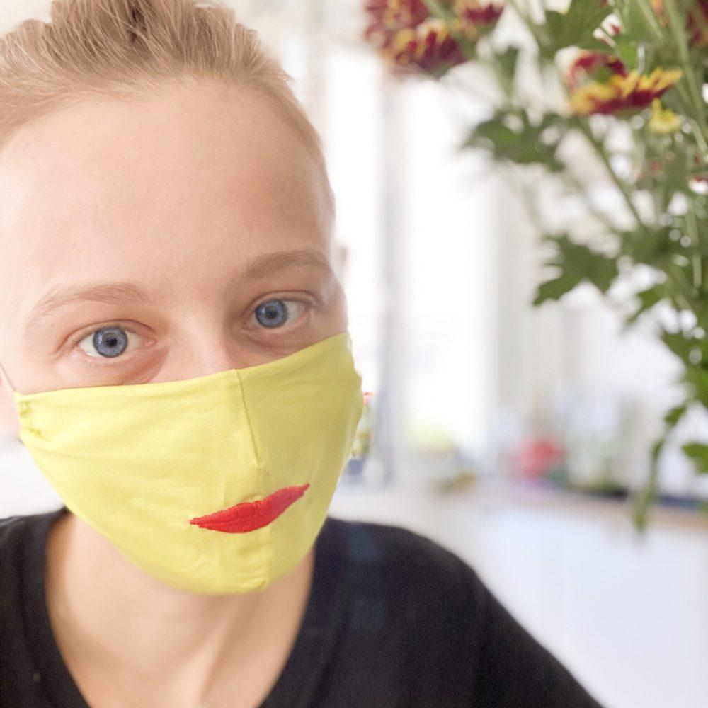 mascherina in stoffa con bocca ricamata